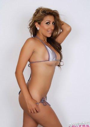 Горячая модель с экзотической внешностью показывает свою красивую фигуру под крохотным бикини - фото 10
