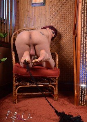 Транс Келли Кларе показывает свое тело, постепенно снимая все эротичное белье - фото 3