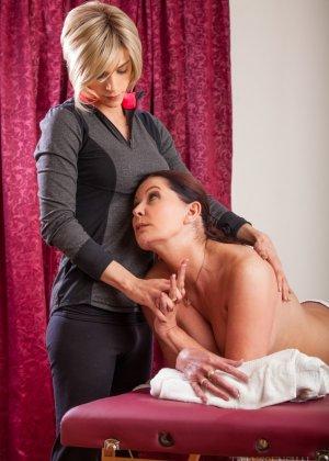 Блондин транс делает массаж клиентке, ей понравилось, и она попросила, чтобы тот ее трахнул - фото 4