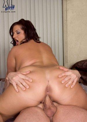 Мария Мур показывает свою пышную фигуру и подставляет огромное дупло для траха молодому человеку - фото 16