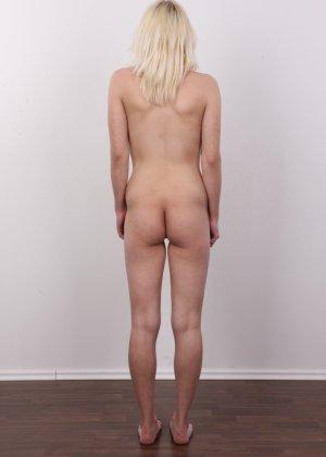 Киска блонды потекла на стеклянный стул от того, что ее заставили раздеться на камеру - фото 13