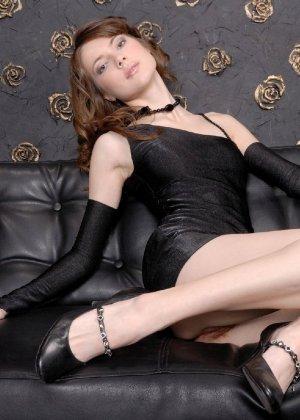 Темноволосая красотка участвует в профессиональной фотосессии, где она без стеснения показывает все свои прелести - фото 6