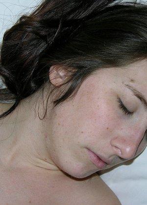 Мужик кончил девке на спину, сперма попала на тугой анус, очень возбуждающая картинка - фото 4