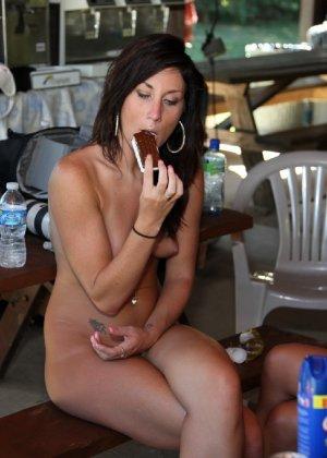 Подружки отдыхают голышом и совершенно не обращают ни на кого внимания - им стесняться нечего - фото 59