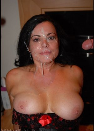 Грязная сучка обожает, когда ей кончают на лицо, и дожидается, пока ее всё лицо оказывается в сперме - фото 15