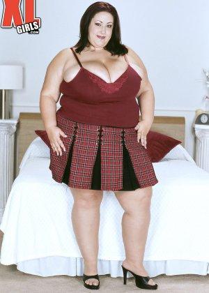 Жирная толстуха очень хочет похвастаться своими гигантскими буферами, поэтому выкладывает свои достоинства - фото 1