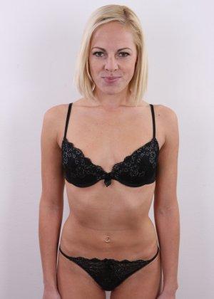 Улыбчивой блондинке приходится снять все, чтоб показать, что она достойна желаемой работы - фото 5