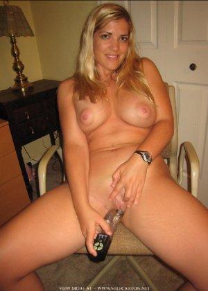 Горячие опытные дамочки мастурбируют с помощью разных вибраторов и фаллосом, при этом получая коллосальное удовольствие - фото 25