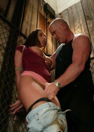 Марк Девис связывает Рейчел Старр в своем подвале, жестко шлепает ее задницу и ебет пизденку - фото 3