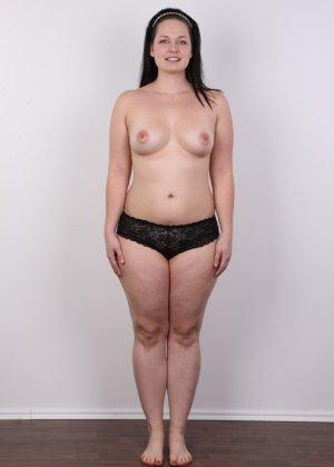 На очередном кастинге симпатичная девушка с пухлой задницей полностью разделась - фото 8