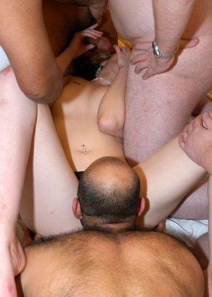Толпа мужиков ожидает своей очереди - фото 12
