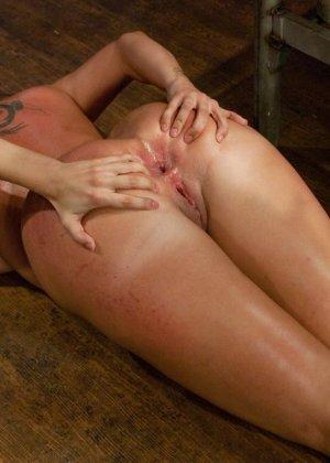 Одну девушку разрывают два члена - страпон в пизде и настоящий мужской член в анусе - фото 24