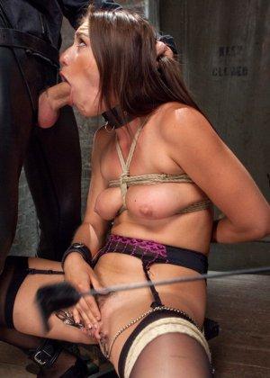 Связанную девушку жестко имеют, а она не может сопротивляться и принимает любое обращение - фото 8
