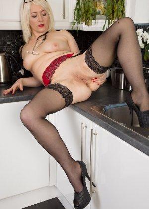 Британская развратница в зрелом возрасте Эмбер Джевел хорошо сохранилась и с удовольствием показывает свою фигуру - фото 9