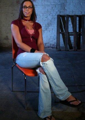 Марк Девис связывает Рейчел Старр в своем подвале, жестко шлепает ее задницу и ебет пизденку - фото 4