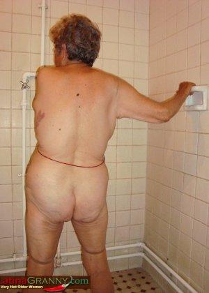 Пожилая Омма Пасс позирует обнаженной в душе - фото 8