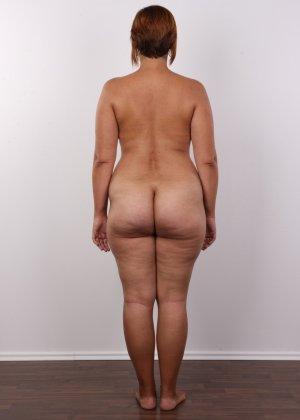 Полненькая задница зрелой телки и ее бритая киска с тонкими половыми губами - фото 10