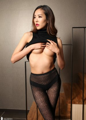 Азиатка постепенно освобождается от одежды и остается совсем обнажена, показывая стройное тело - фото 35