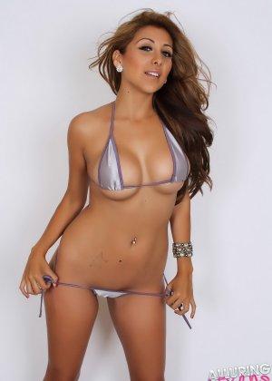 Горячая модель с экзотической внешностью показывает свою красивую фигуру под крохотным бикини - фото 1