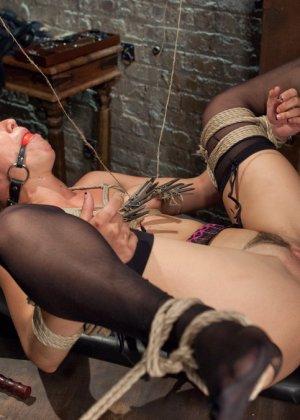 Связанную девушку жестко имеют, а она не может сопротивляться и принимает любое обращение - фото 19