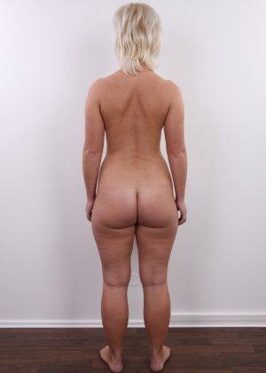 Голенькая пизденка с выпирающим клитором у невысокой блонды - фото 14