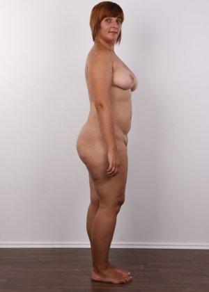 Полненькая задница зрелой телки и ее бритая киска с тонкими половыми губами - фото 9