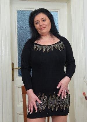 Пышная дамочка в возрасте показывает свое тело, чтобы доказать - она еще неплохо выглядит - фото 1