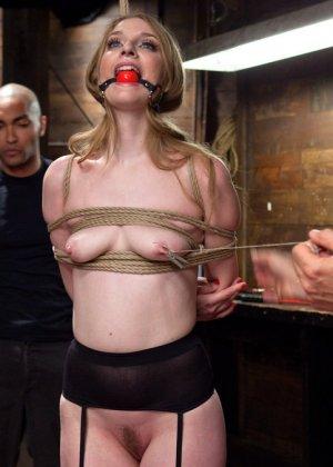 Ела Дарлинг с удовольствием принимает наказание от рук опытного Мики Мода и его ненасытного друга - фото 4- фото 4- фото 4