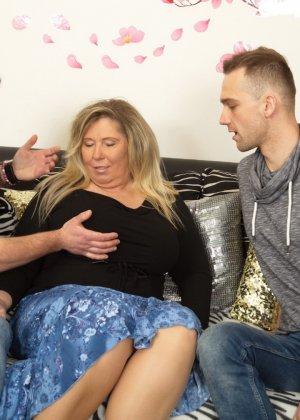Зрелая женщина очень радуется вниманию двух молодых людей и показывает им свою огромную грудь - фото 6