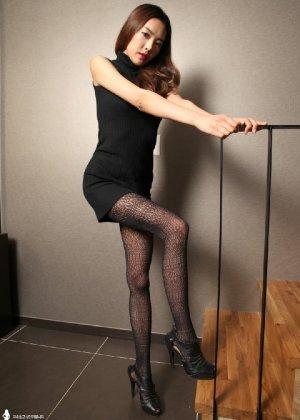 Азиатка постепенно освобождается от одежды и остается совсем обнажена, показывая стройное тело - фото 16