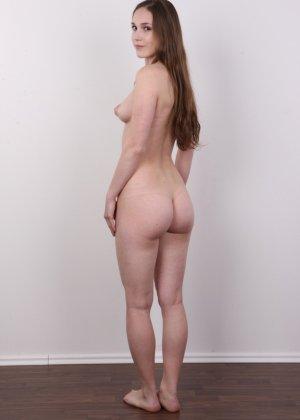 Без теплых колгот и скромного закрытого платья эта девушка сразу превращается в сексуальную красотку - фото 16
