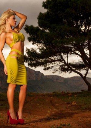 Фантастическая блондинка посреди горной дороги снимает свой наряд и оказывается голой - фото 1