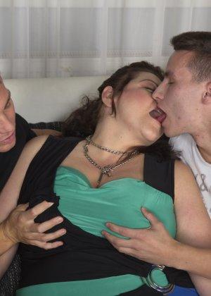 Толстая женщина оказывается в компании двух красивых молодых людей, которые проявляют интерес к ее телу - фото 14