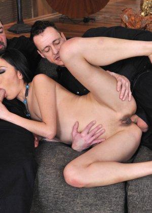 Йики отдается двум мужикам, подставляя глубокую глотку, влагалище и анус - фото 31- фото 31- фото 31