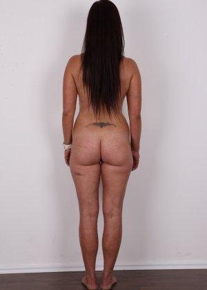 Зрелая девушка показала на кастинге шикарное загорелое тело и классные натуральные дойки - фото 12