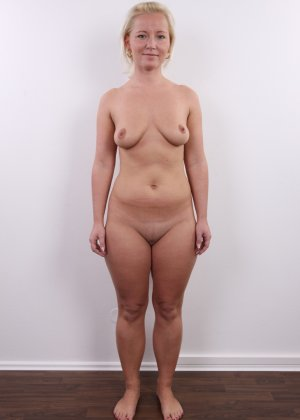 Голенькая пизденка с выпирающим клитором у невысокой блонды - фото 12