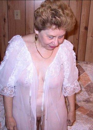 Пожилая женщина имеет еще приличные буфера и бритую киску, готовую к траху в любой момент - фото 7