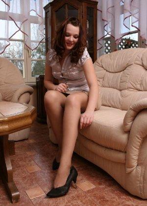 Девушка снимает туфли после тяжелого дня и показывает свои ножки в капроновых колготках - фото 24