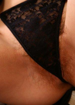Беата пихает в свою пизду вибратор и показывает, как хорошо ее волосатой дырочке с игрушкой - фото 37