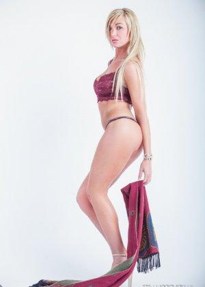Сексапильная Обри Кэйт играет со своим шарфом, снимая остальную одежду - фото 2