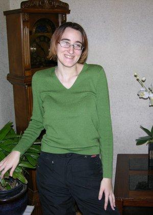 У очкастой телочки классные волосатые дырки, она показывает их и идет принимать ванну - фото 1