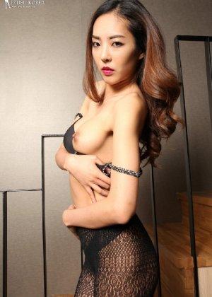 Азиатка постепенно освобождается от одежды и остается совсем обнажена, показывая стройное тело - фото 54