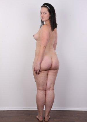 На очередном кастинге симпатичная девушка с пухлой задницей полностью разделась - фото 13