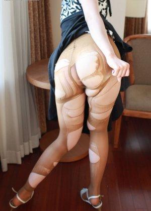 Кореянка специально для фетишистов разрывает на себе колготки и дразнит обнаженными частями тела - фото 19