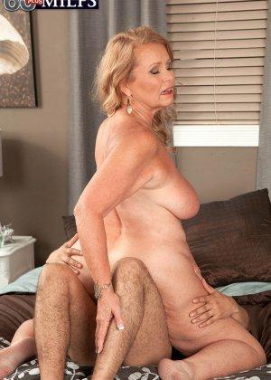 Зрелая блонда соблазняет парня своими большими титьками и позволяет ему трахать ее, как только ему захочется - фото 8