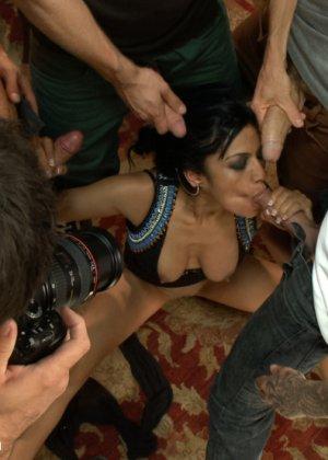 Беретта Джеймс попала в толпу известных ебарей в порно, которые вспороли своими толстыми елдяками все дырочки - фото 4