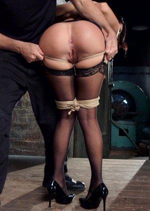 Мистер Пете любит истязать красотку Сабрину Бенкс с помощью разных аксессуаров - фото 4