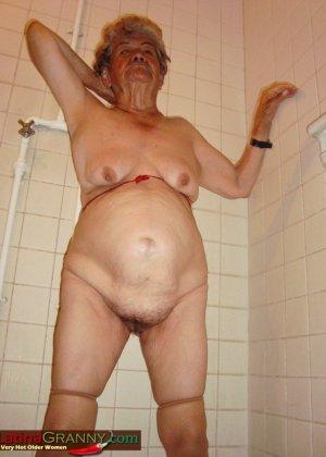 Пожилая Омма Пасс позирует обнаженной в душе - фото 5