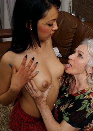 Горячая брюнетка нашла пожилую любовницу, которая просто мастерски делает куни - фото 10