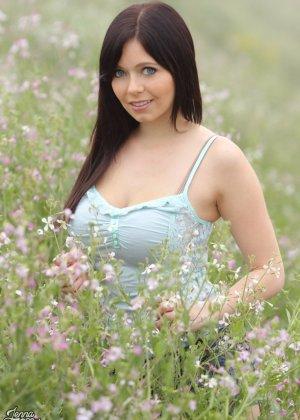 Сельская девица Дженна любит природу и свежий воздух, поэтому старается больше гулять - фото 9